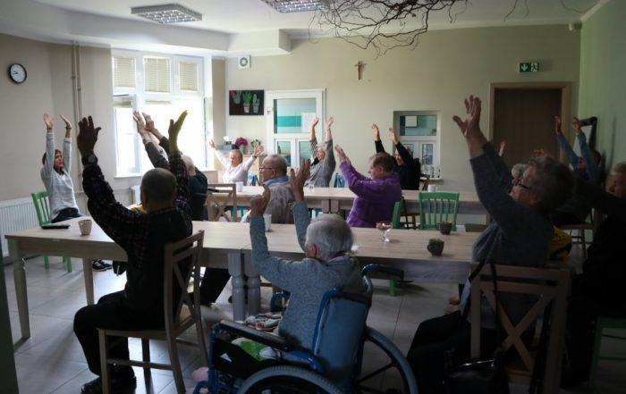 Każdego dnia w Dziennym Domu Seniora odbywa się wiele interesujących zajęć. Dzień rozpoczyna się od porannej gimnastyki.