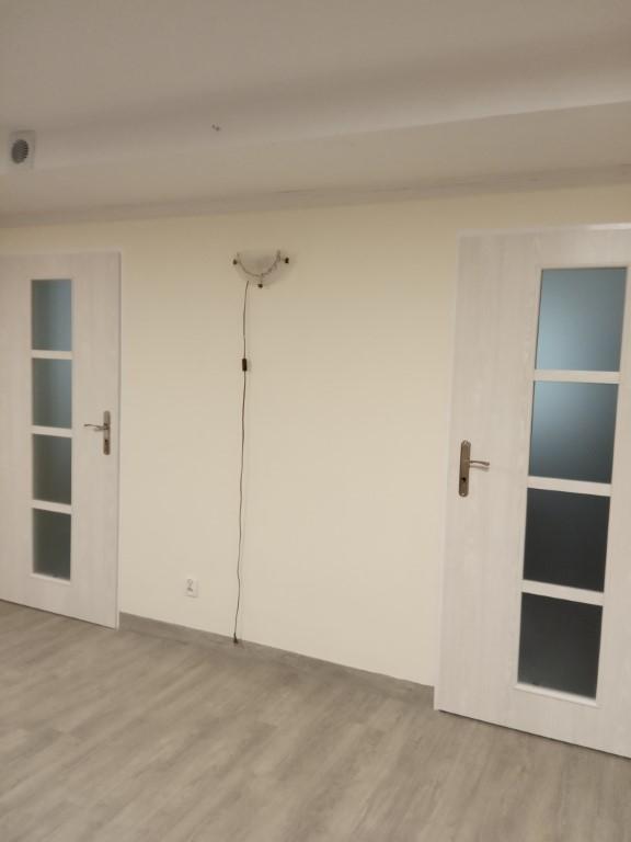 Na zdjęciu 4 drzwi w ŚDS SZANSA