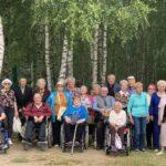 Seniorzy DDS w ogrodach Hortulusa w Dobrzycy 2