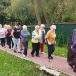 Seniorzy uczestniczacy w cwiczeniach sprawnego opuszczenia budynku