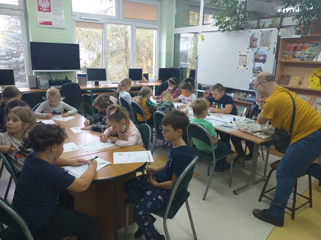 """Grupa uczniów SP2 uczestniczących z """"Pasowaniu na czytelnika"""" i P. Sebastian (stażysta) 2"""