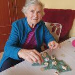 Seniorka p. Ania z materiałami do wykonania choinki