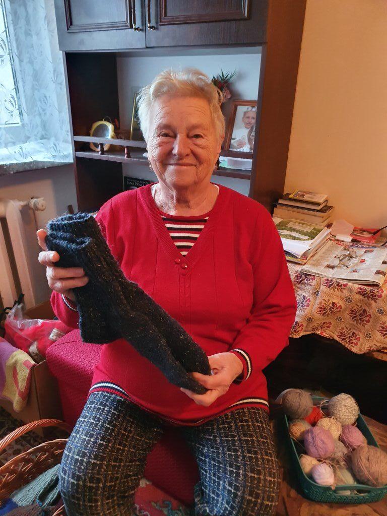 Seniorka p. Janeczka z wykonanymi dla p. Bogumiła ciepłymi skarpetami