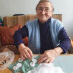 Seniorka p. Maria pracująca nad choinką