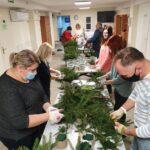 Pracownicy DDS i ŚDS przygotowują świąteczne stroiki