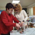 Pracownicy ŚDS pakują świąteczne upominki