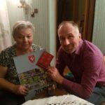 Seniorka p. Henia ze świątaczną kartką i kalendarzem
