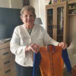 Seniorka p. Sabina i jej ręczna praca sweterek dla prawnuka