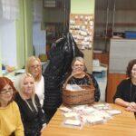 Zespół pracowników DDS z przygotowanymi pakietami dla Seniorów do wykonania świątacznych kartek