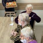 Mirek wręcza tort seniorkom (1)