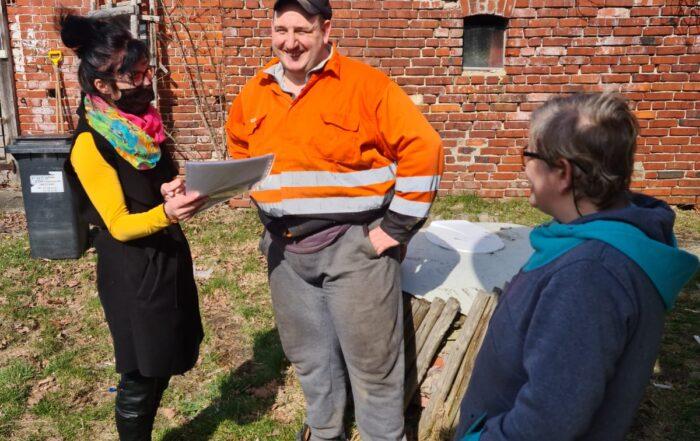 pracownik przekazuje uczestnikom materiały do pracy
