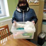 uczestniczka odbiera pakiet krawiecki