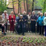 Seniorzy Dziennego Domu Senior+ na spacerze