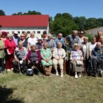Grupowe zdjęcie Seniorów DDS podczas spotkania w Juchowie