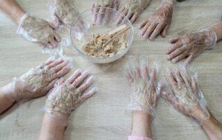 Dłonie w maseczkach