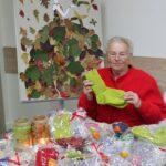 Pani Janina S. prezentująca swoją pracę wełniane skarpetki